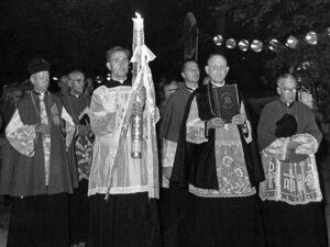 Nawiedzenie Matki Boskiej Częstochowskiej w symbolach maryjnych (pusta rama, Ewangelia i świeca)