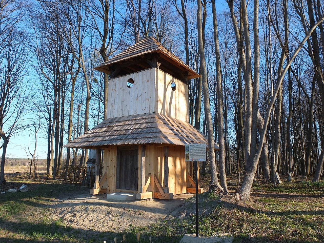 Dzwonnica na cmentarzu greckokatolickim w Krzywem, marzec 2020 r.