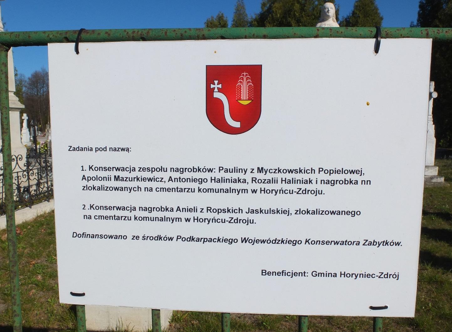 Tablica informacyjna przy nagrobku Anieli z Ropskich Jaskulskiej na cmentarzu komunalnym w Horyńcu-Zdroju, marzec 2020 r.