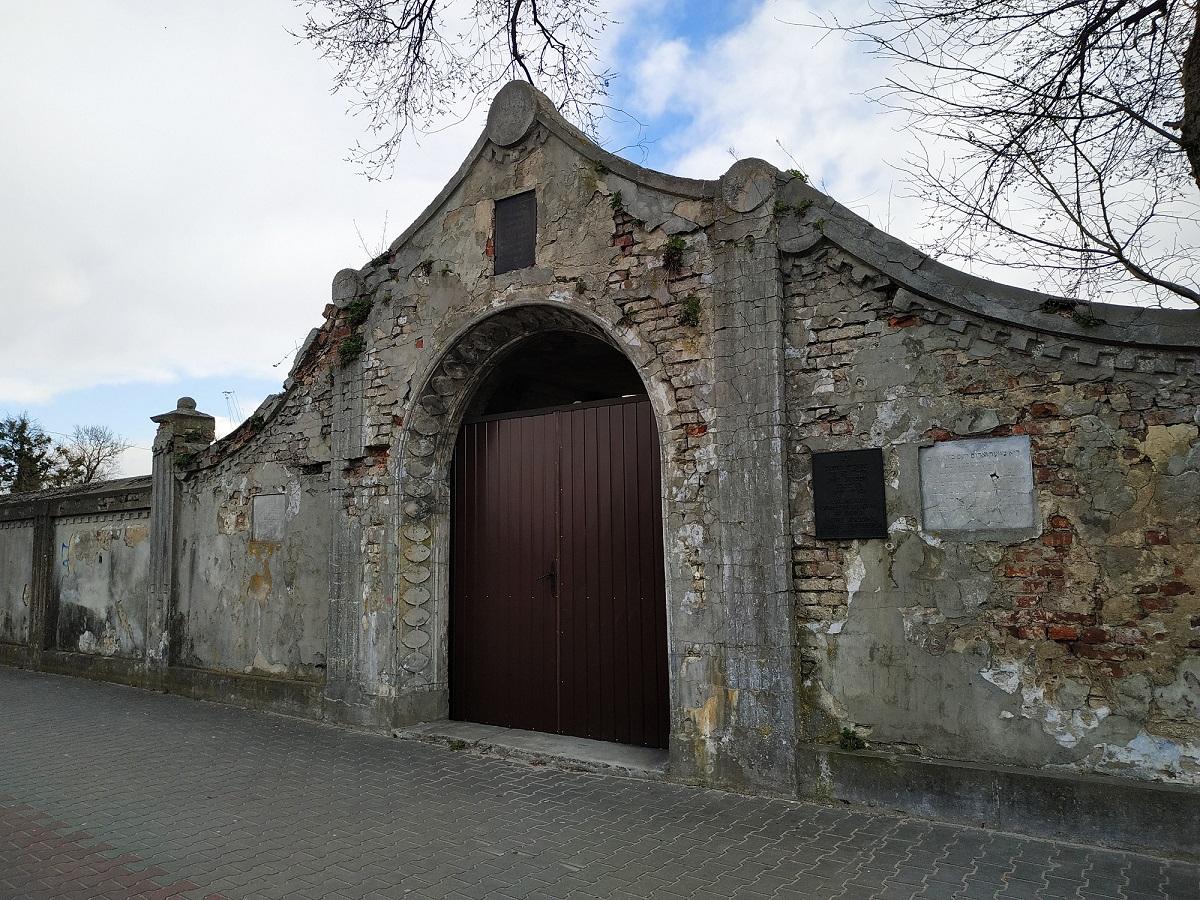 Brama w ogrodzeniu cmentarza żydowskiego w Lubaczowie, marzec 2020 r.