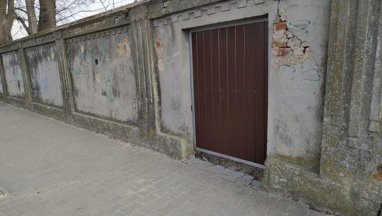 Furtka w ogrodzeniu cmentarza żydowskiego w Lubaczowie, marzec 2020 r.